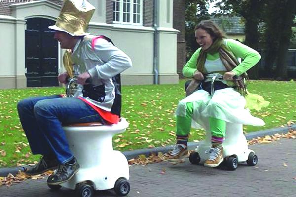 Race je tegenstander eruit met onze gemotoriseerde WC-Potten